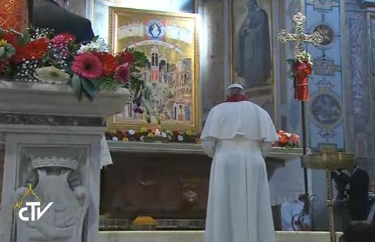 Devant l'icône des nouveaux martyrs à St-Barthélémy, capture CTV