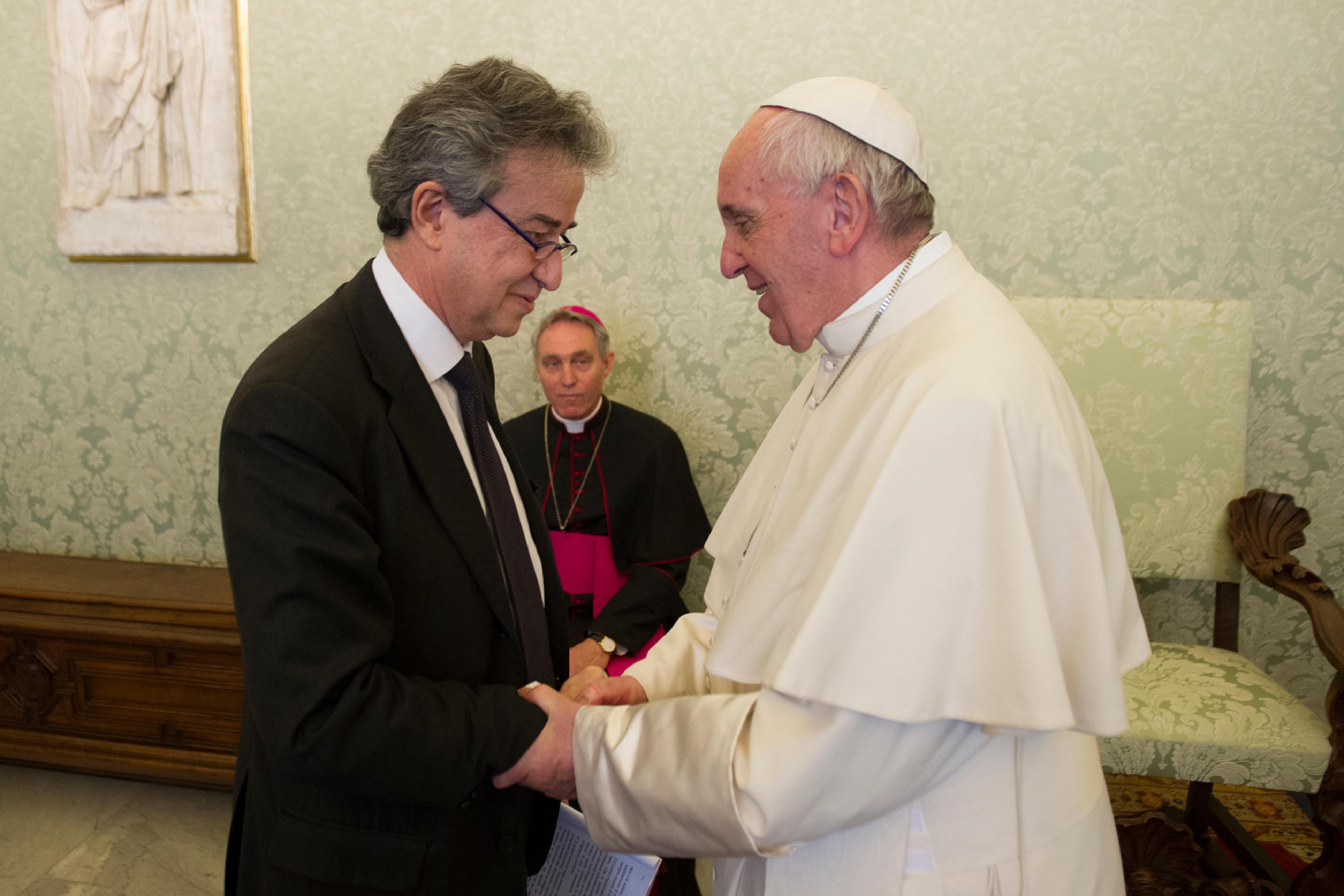 Le prof. Andrea Lenzi salue le pape François © L'Osservatore Romano