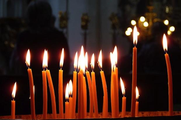 Cierges dans une église d'Orient, Dudva/Wikimedia Commons