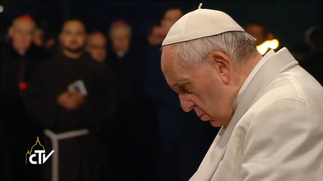 Le pape François en prière, capture CTV