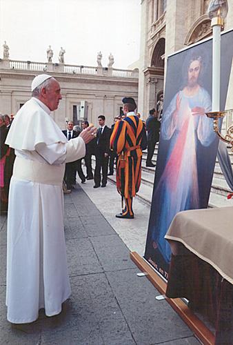 Jésus miséricordieux (Vilnius, Eugeniusz Kazimirowski, 1934) béni par le pape François © L'Osservatore Romano