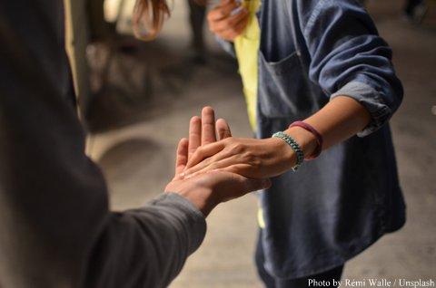la main dans la main © remi-walle-86579-001 (Unsplash)