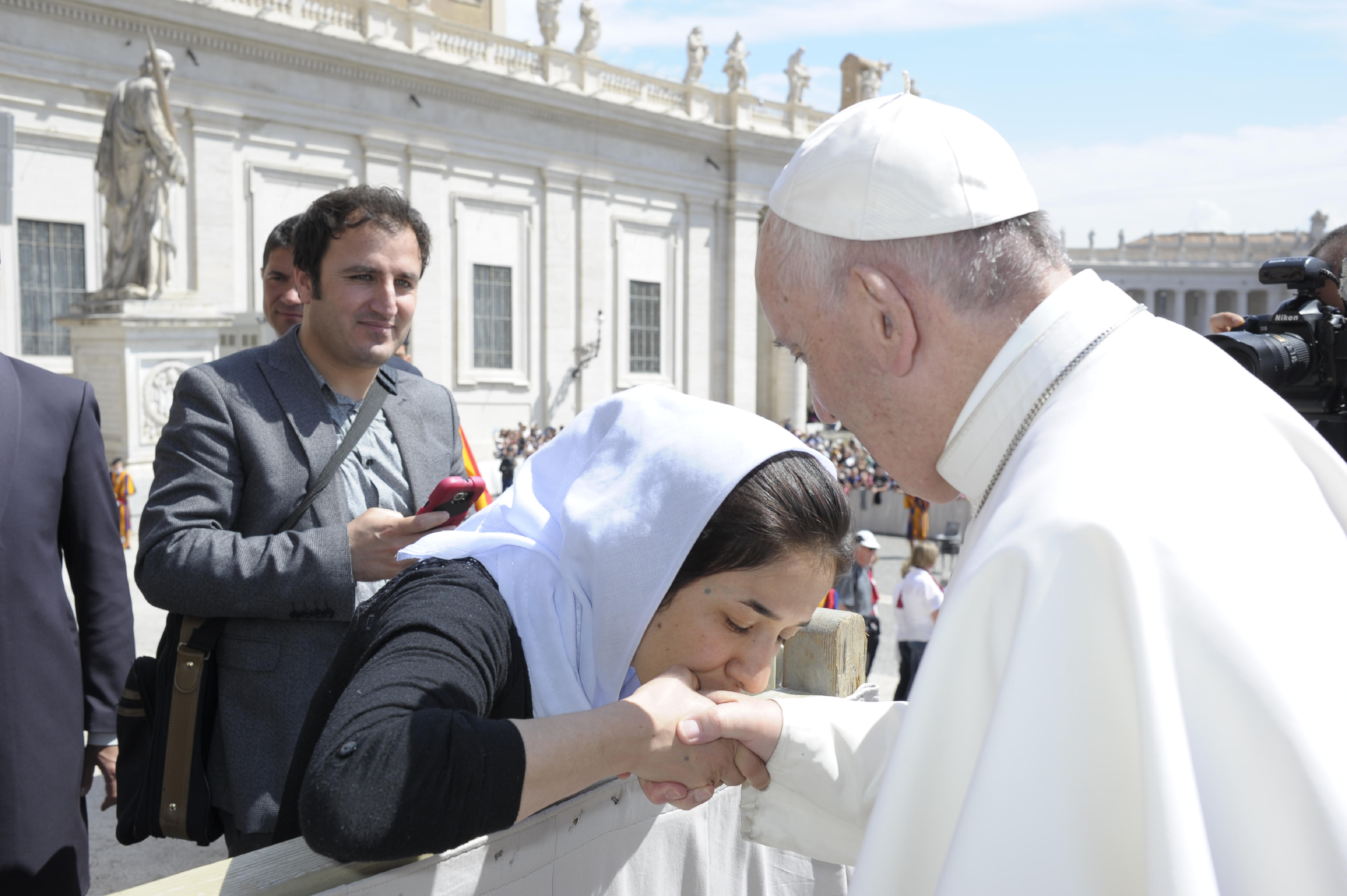 Nadia Mourad salue le pape François, 3 mai 2017 © L'Osservatore Romano