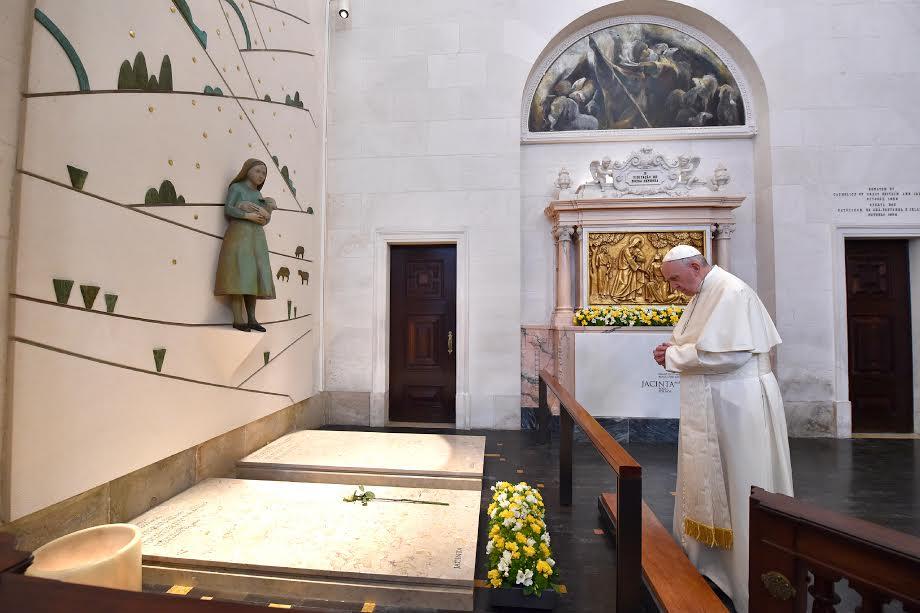 Devant les tombes de Francisco et Jacinta de Fatima © L'Osservatore Romano