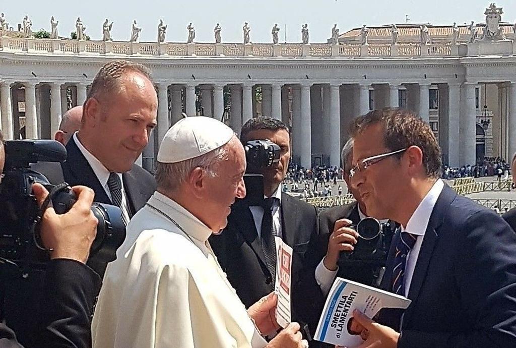 Salvo Noé remet l'affiche au pape © L'Osservatore Romano