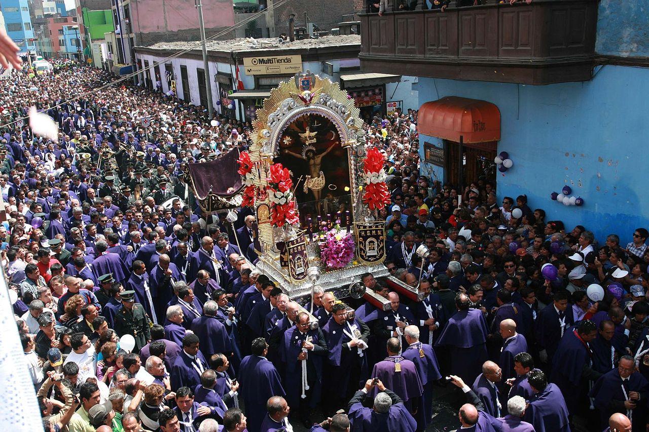 """Procession de l'image du Christ """"Senor de los milagros"""" dans les rues de Lima (Pérou) © Mililo2012 CC BY-SA 4.0"""
