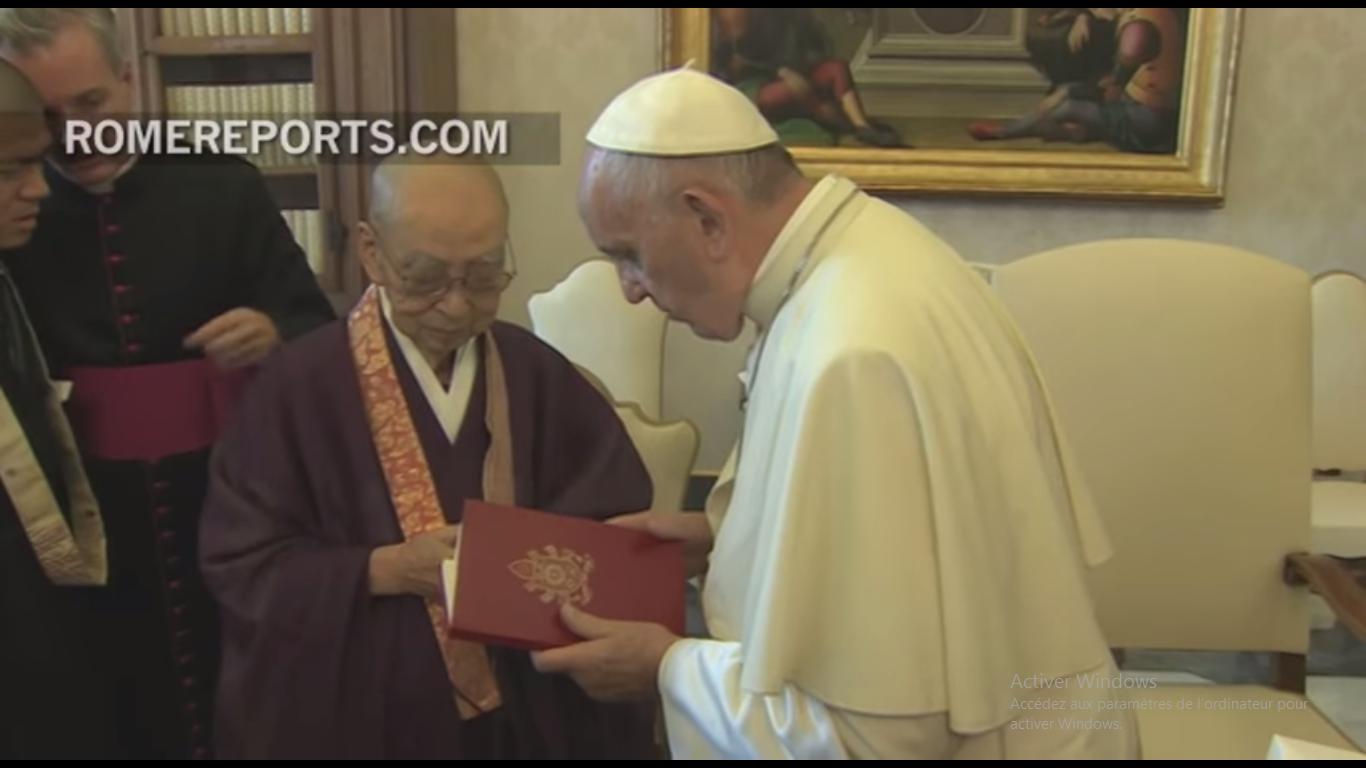 """Le pape offre """"Laudato Si'"""" ua Vénérable Koei Morikawa, capture RomeReports, 16 septembre 2016"""