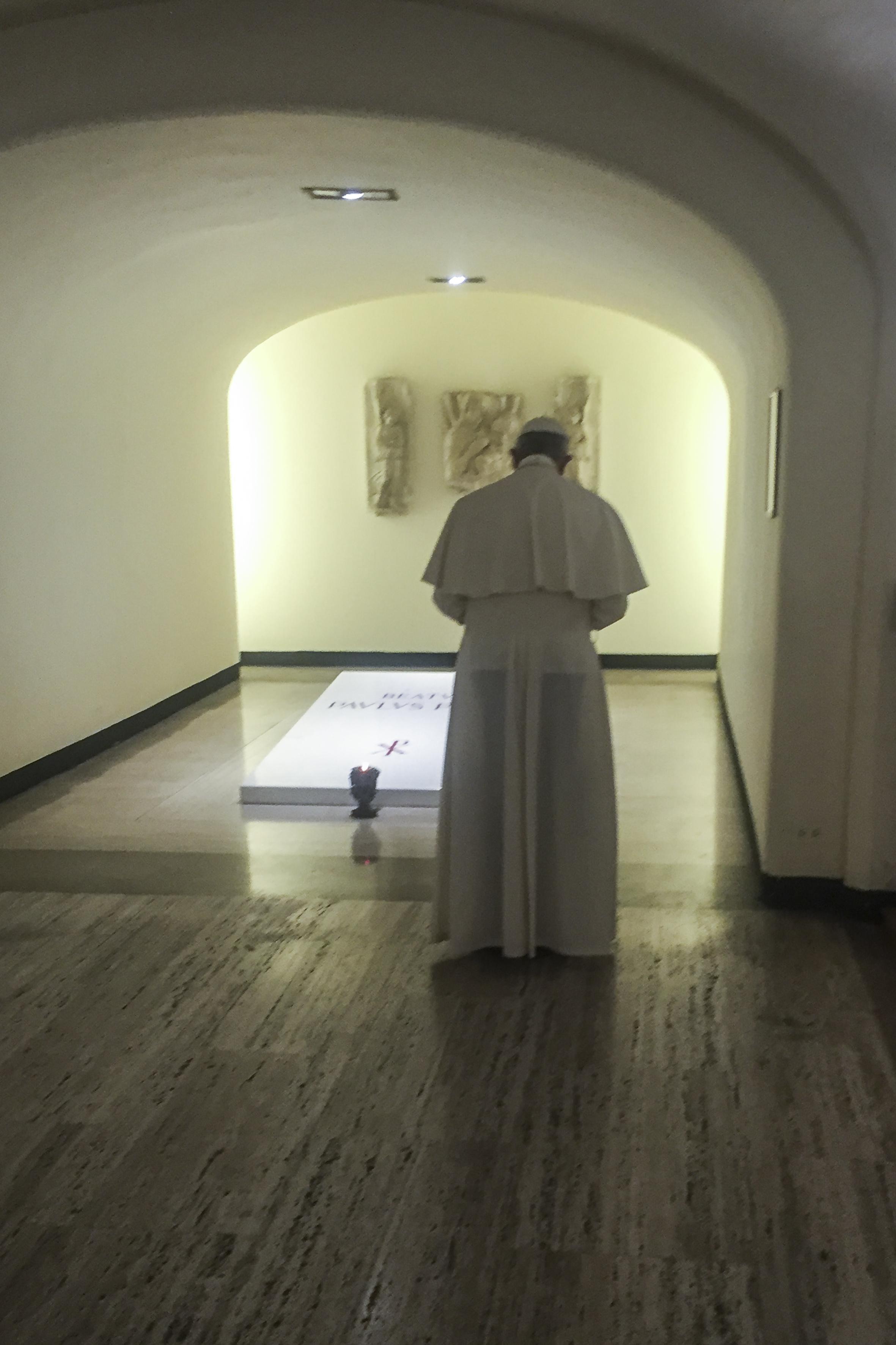 Prière à la tombe du bienheureux Paul VI, 6 août 2017 © L'Osservatore Romano