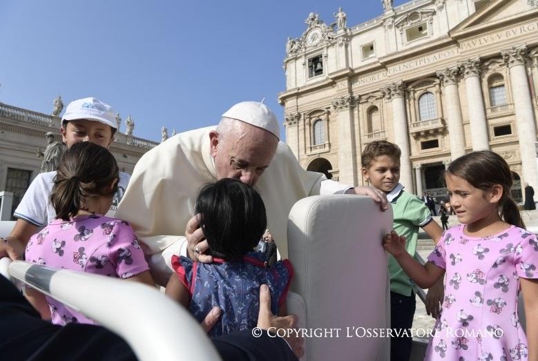 Audience générale du 30/08/2017, le pape bénit des enfants © L'Osservatore Romano
