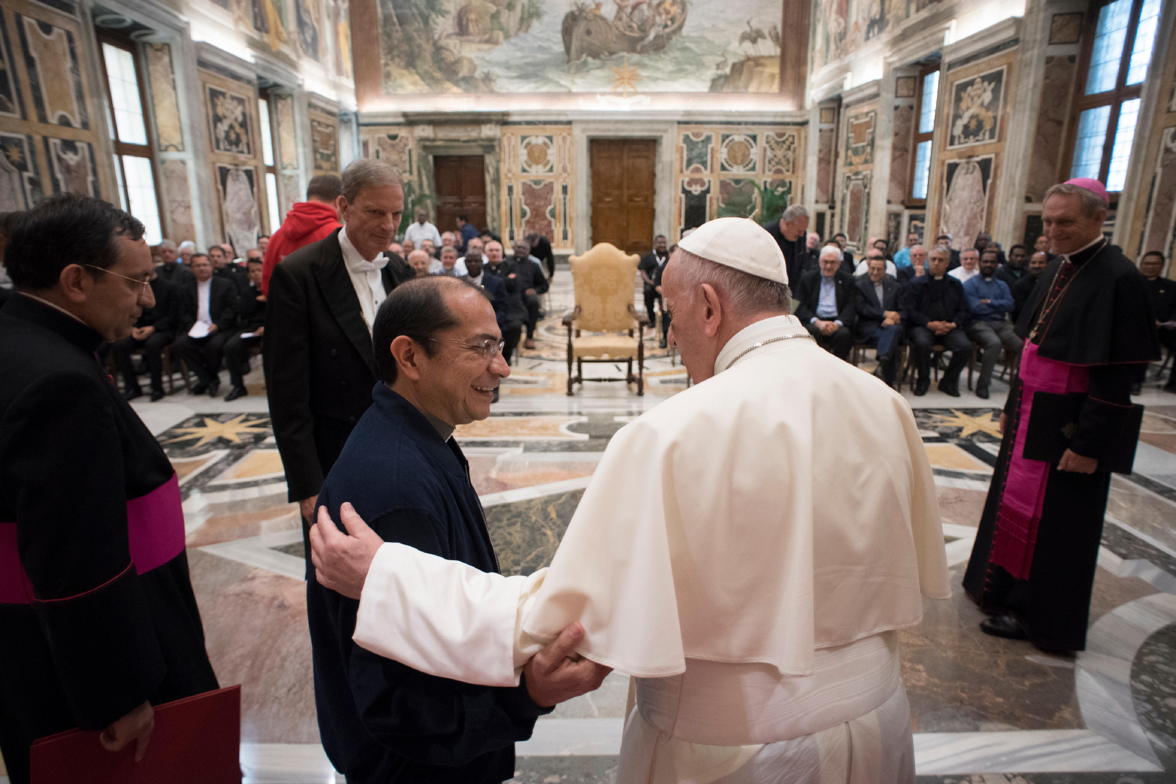 Le p. Abzalon Alvaro Tovar MSC salue le pape 16/09/2017 © L'Osservatore Romano