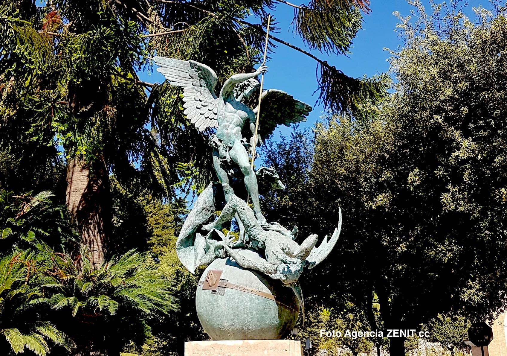 Statue de Saint Michel dans les Jardins du Vatican © ZENIT HSM