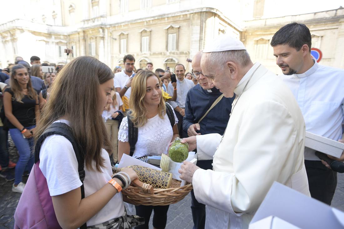 """Des jeunes de Chiavari offrent du """"pesto"""" au pape François 05/09/2017 © L'Osservatore Romano"""