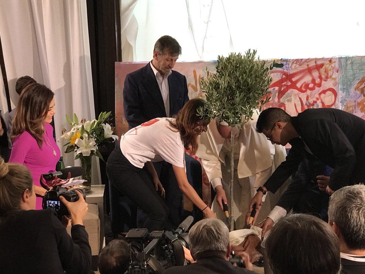 Des étudiants israéliens et palestiniens plantent un olivier de la paix avec le pape @ TelemundoNews