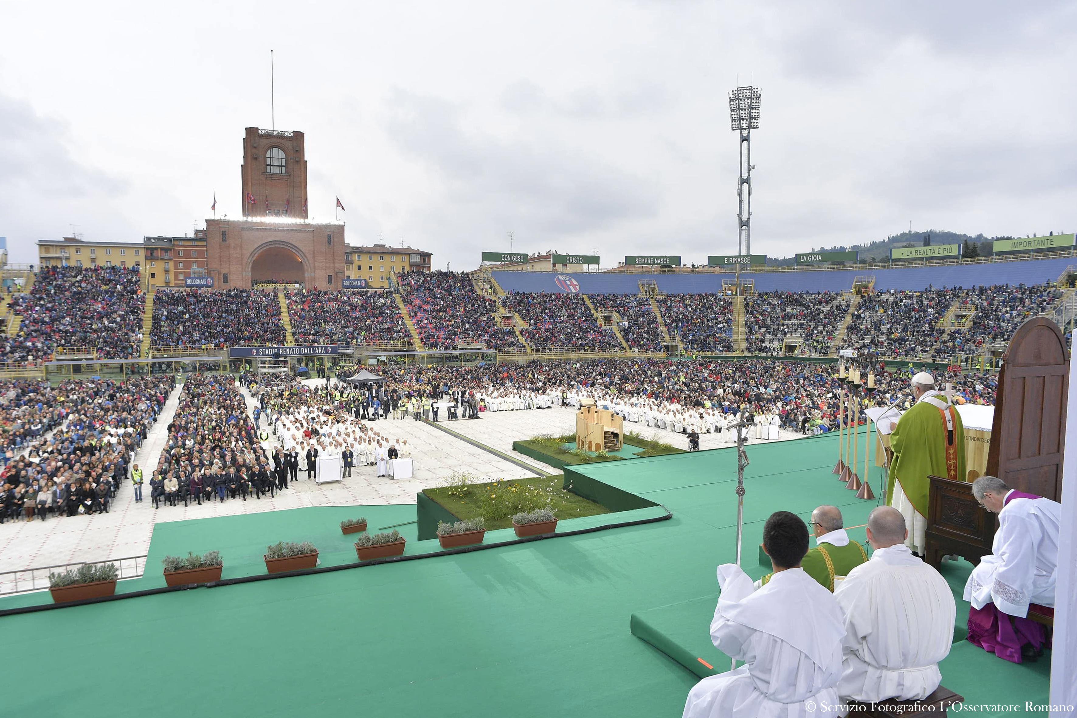Messe au Stade de Bologne © L'Osservatore Romano