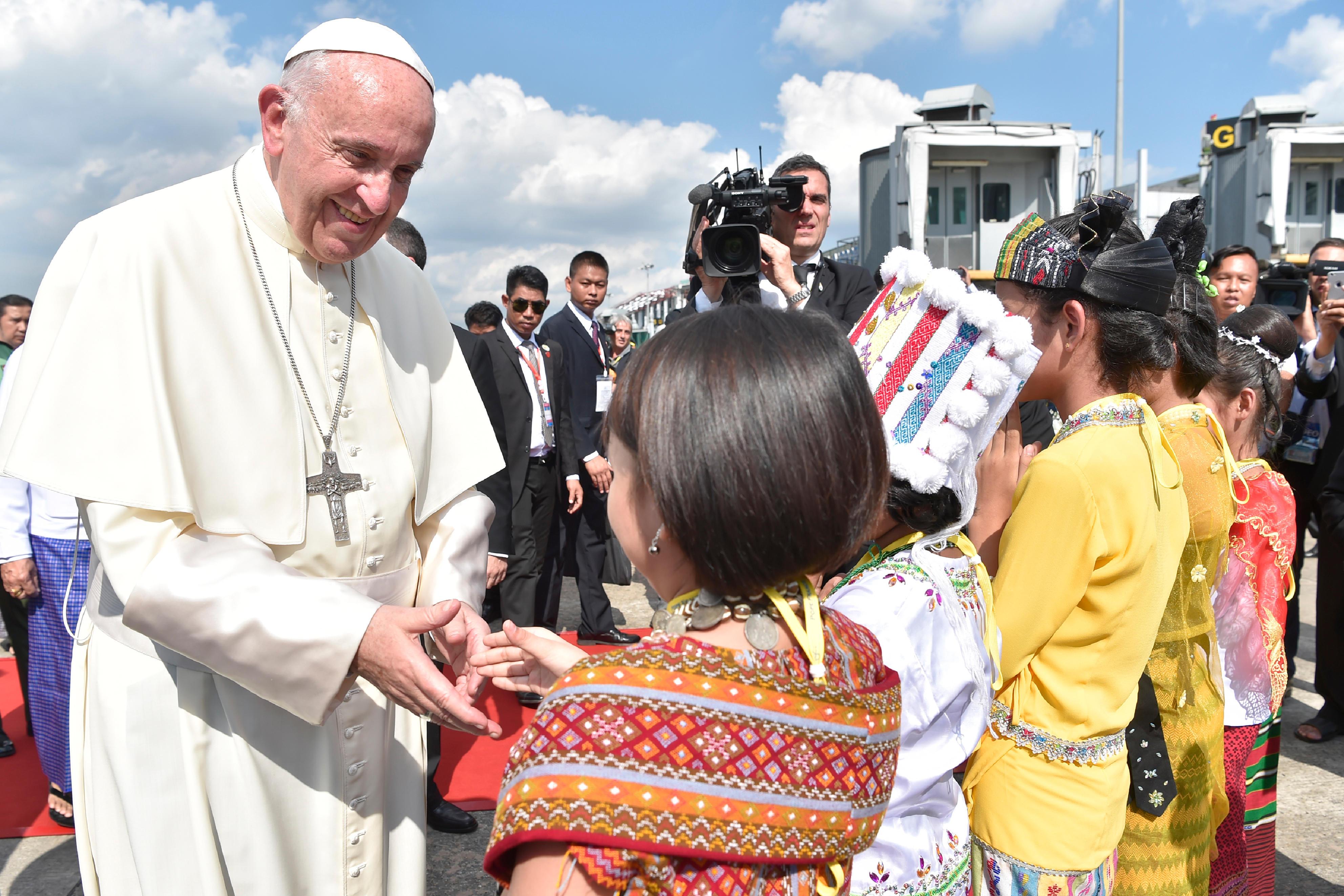 Arrivée du pape à Yangon, Myanmar © L'Osservatore Romano
