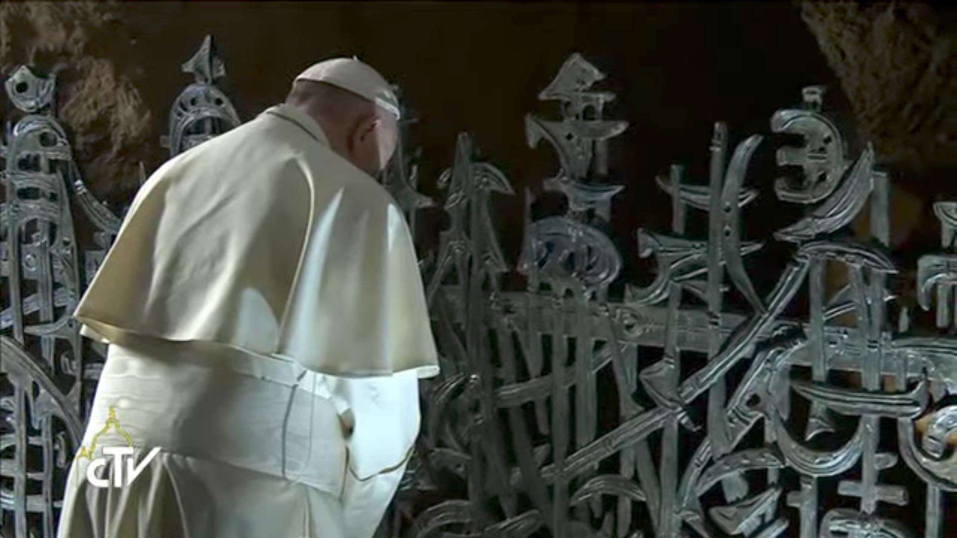 Le pape aux Fosses ardéatines, 02/11/2017, capture CTV