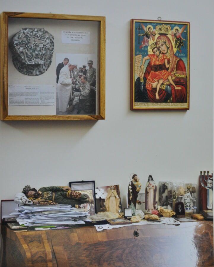 La casquette du marin Edwin Restrepo dans le bureau du pape François, Twitter @armadacolombia