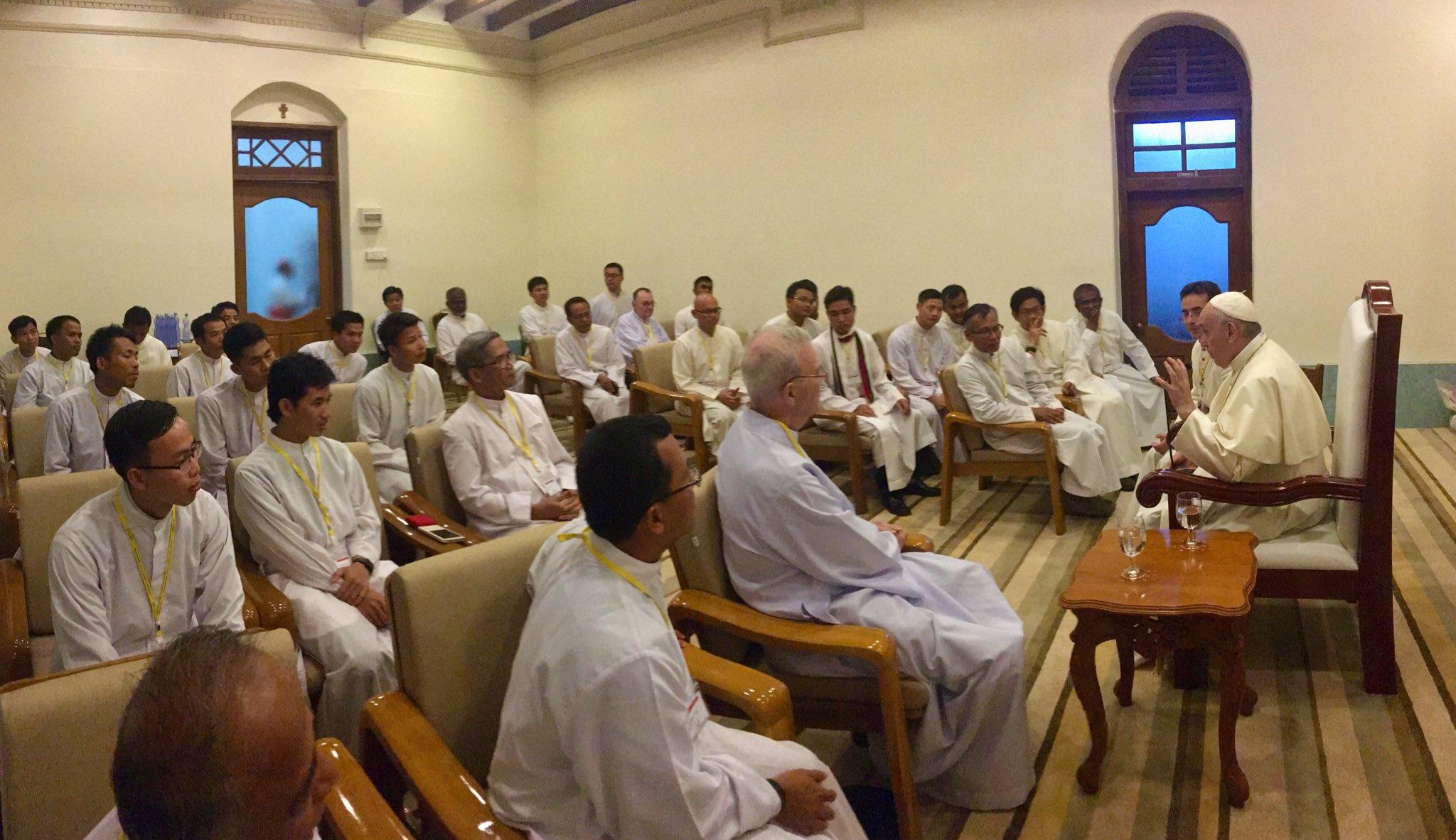 Jésuites du Myanmar © Twitter @antoniospadaro