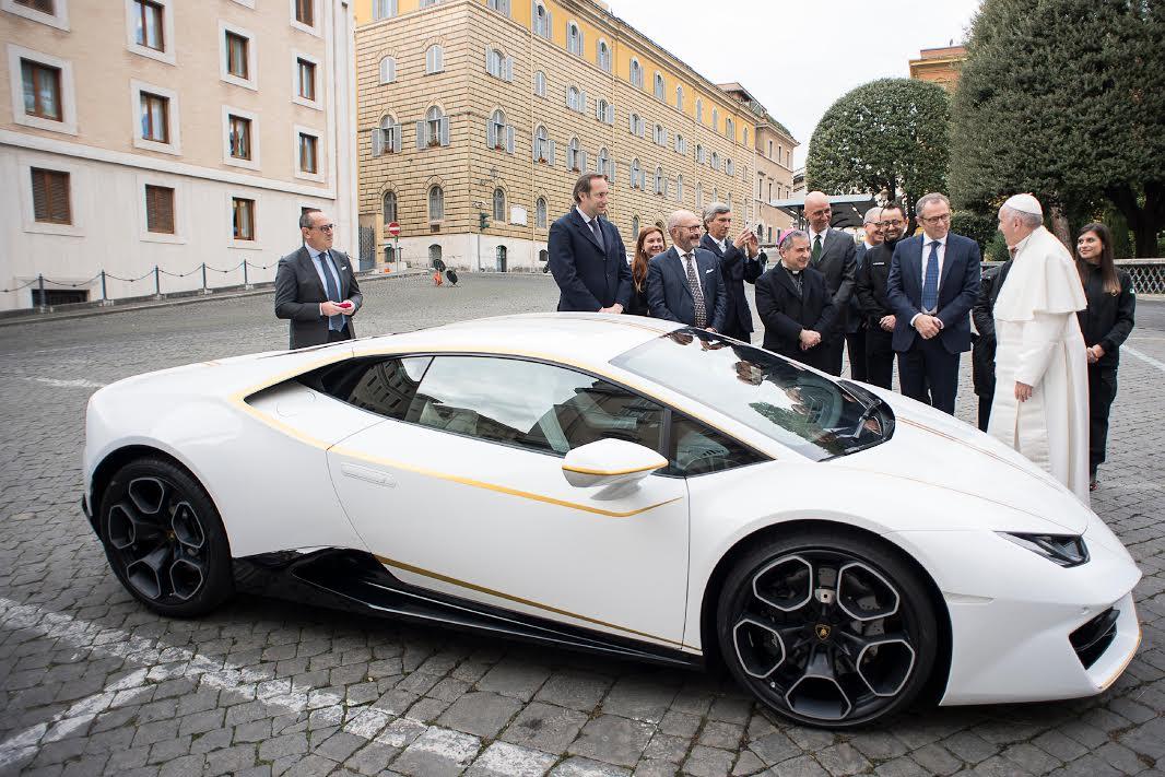 Une Lamborghini Huracan pour le pape François © L'Osservatore Romano