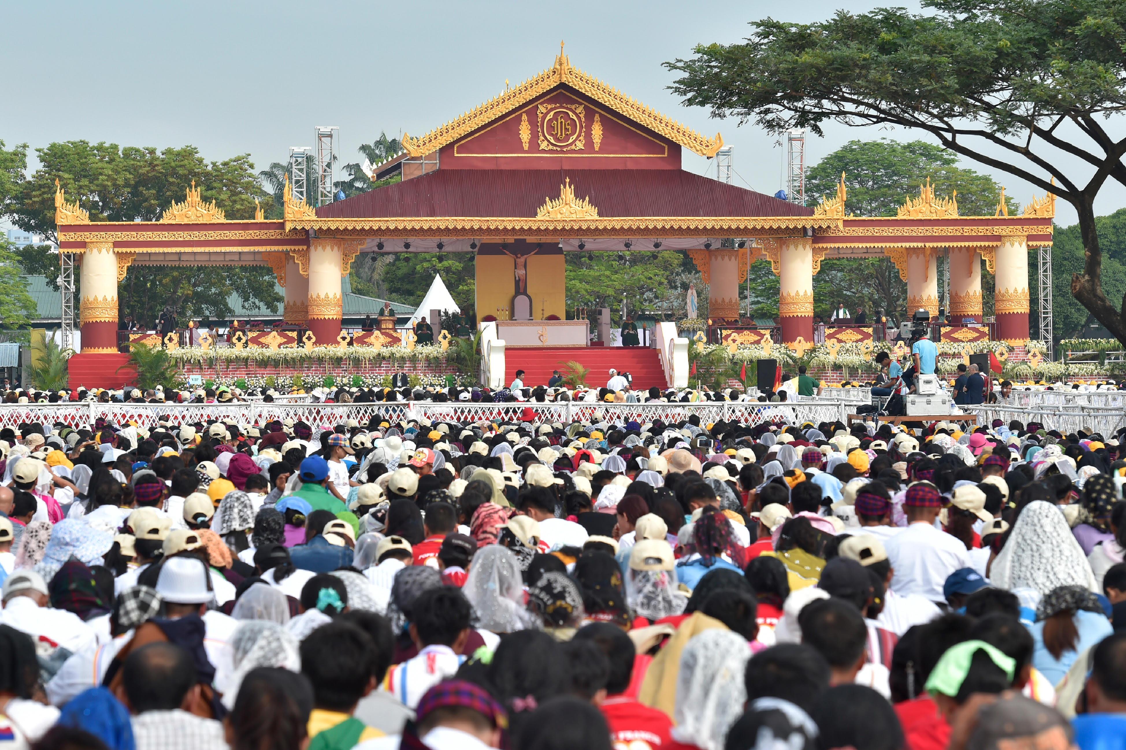 Messe au Kyaikkasan Ground de Yangon, Myanmar © L'Osservatore Romano