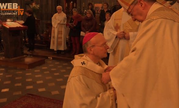 Mgr Kalist reçoit le pallium © webtv Clermont