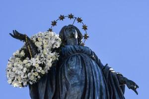 Statue de la Vierge Marie, fleurie le 8 décembre, Place d'Espagne @VicariatusUrbis