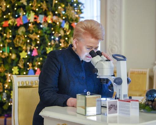 Mme Dalia Grybauskaitė regarde la nano-crèche au microscope @ Présidence de la République de Lituanie