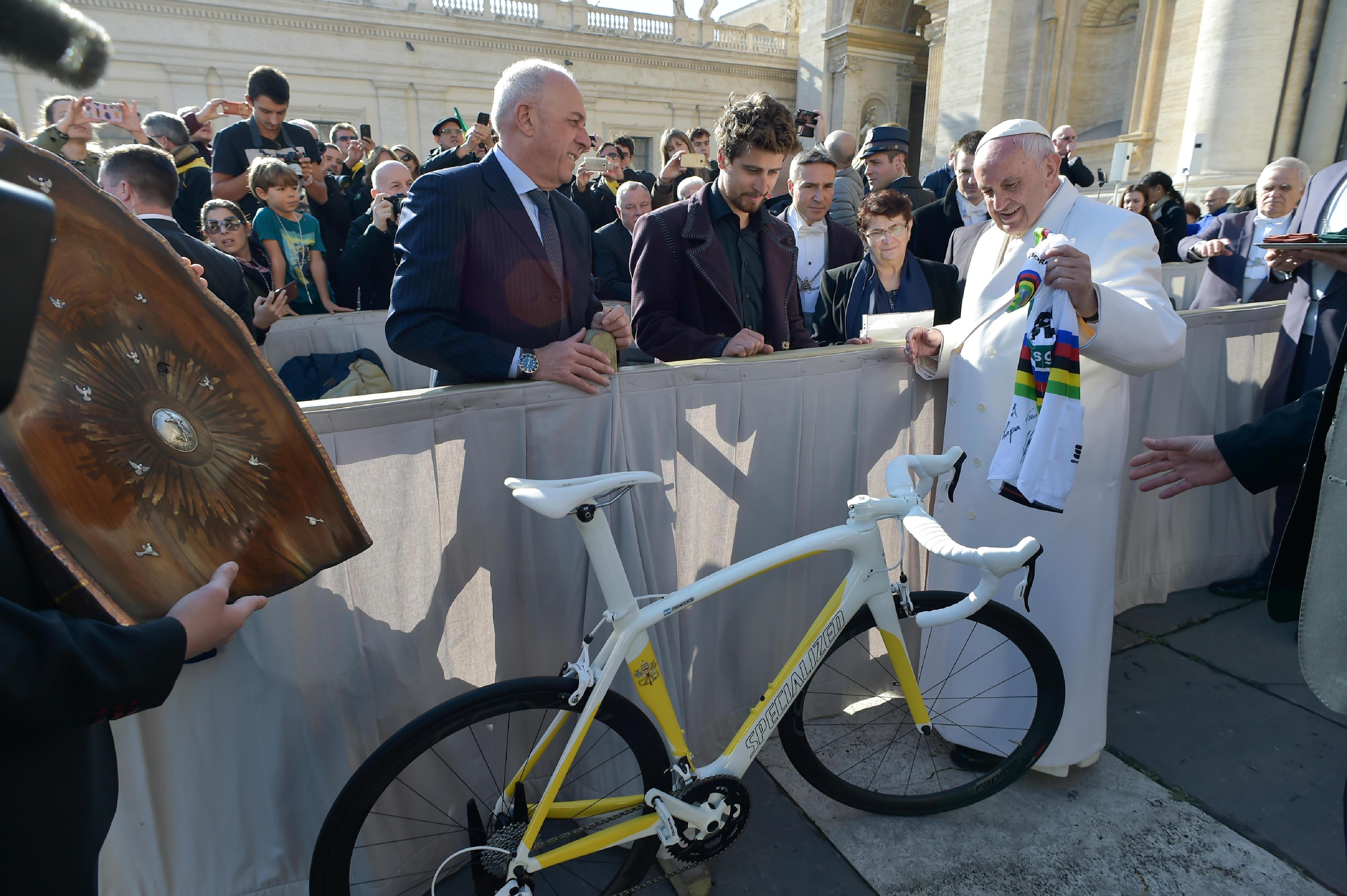 Le cycliste Peter Sagan offre un vélo au pape © Vatican Media