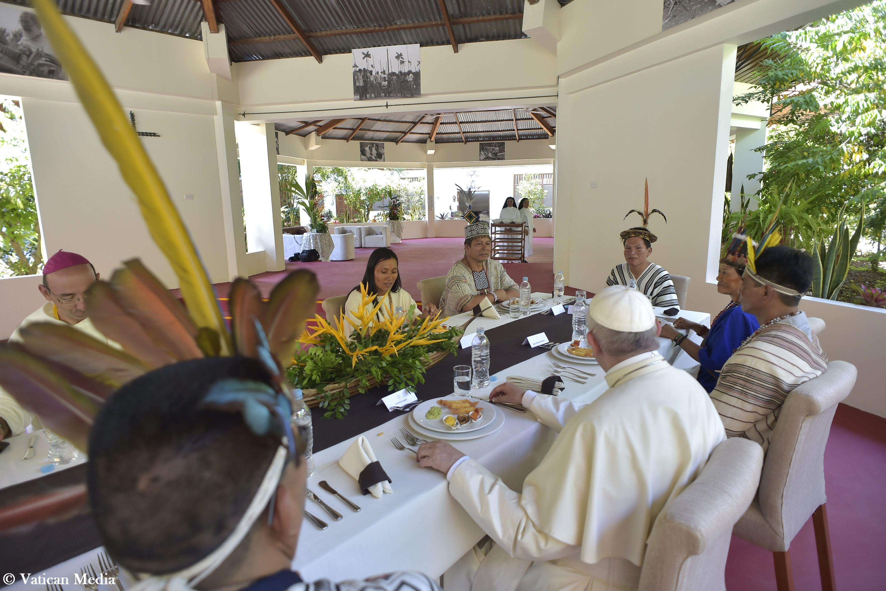 Déjeuner avec des Amérindiens d'Amazonie à Puerto Maldonado, Pérou © Vatican Media