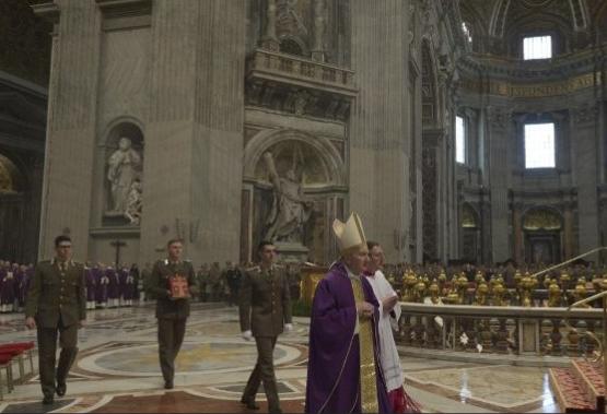 Le card. Parolin célèbre une messe pour les militaires italiens © Vatican Media