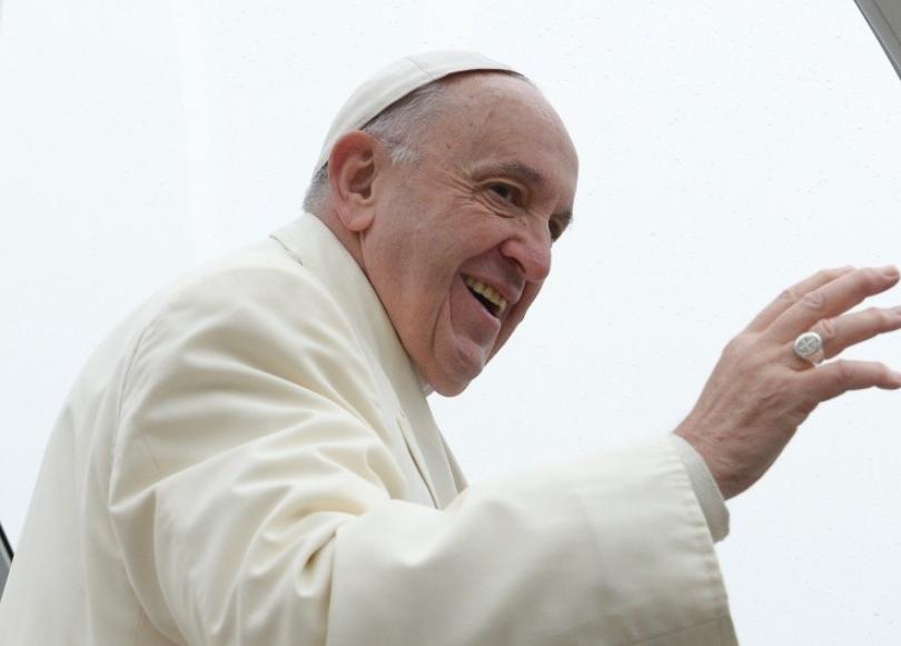 Le pape souriant dans la foule © Vatican Media
