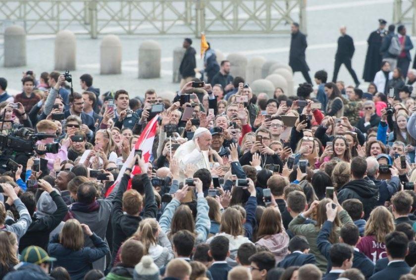 Le pape dans la foule © Vatican Media