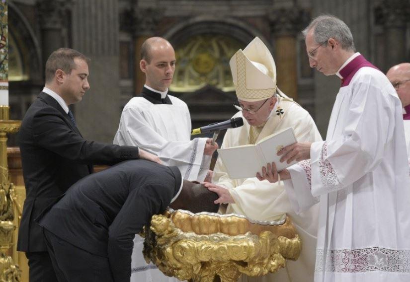 Baptême d'adultes, veillée pascale © Vatican Media