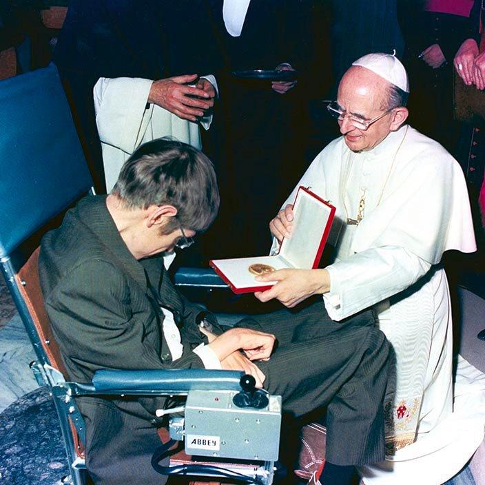 Paul VI à genoux auprès de Stephen Hawking © Facebook Fr Martin