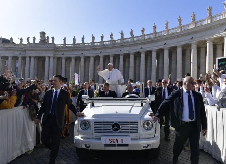 Le pape et sa sécurité place Saint-Pierre © Vatican Media