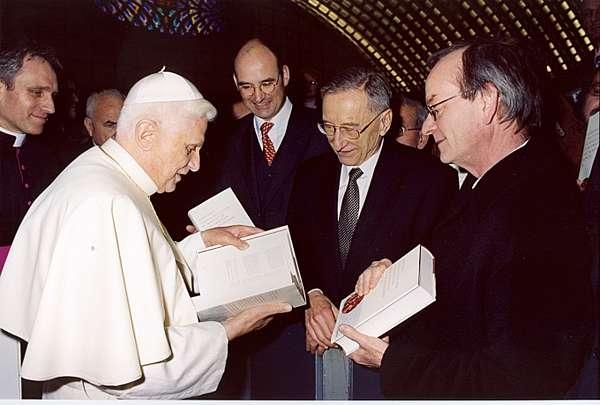 Présentation d'un commentaire de Vatican II au Pape Benoît XVI, photo @ kath-theol.uni-tuebingen.de
