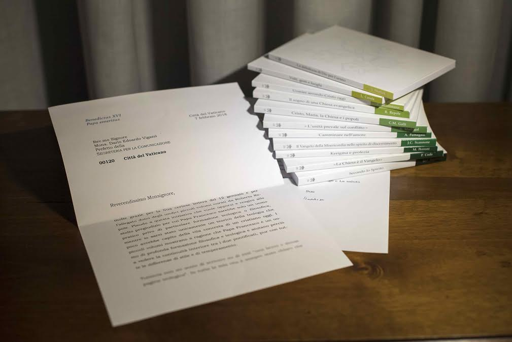 """Collection """"La théologie du pape François"""" et la lettre du pape émérite Benoît XVI © Vatican Media"""