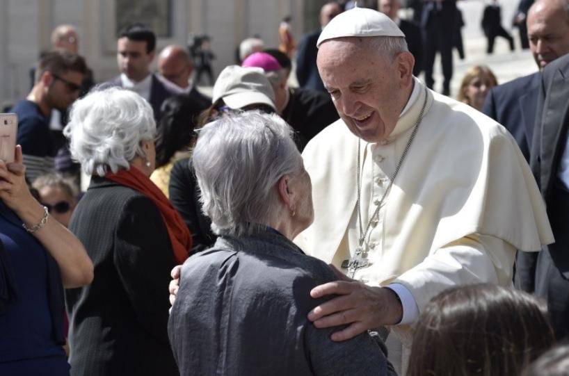 Le pape avec une personne âgée © Vatican Media