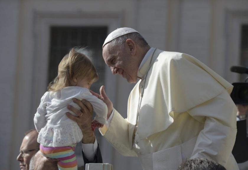 Le pape bénit un enfant © Vatican Media