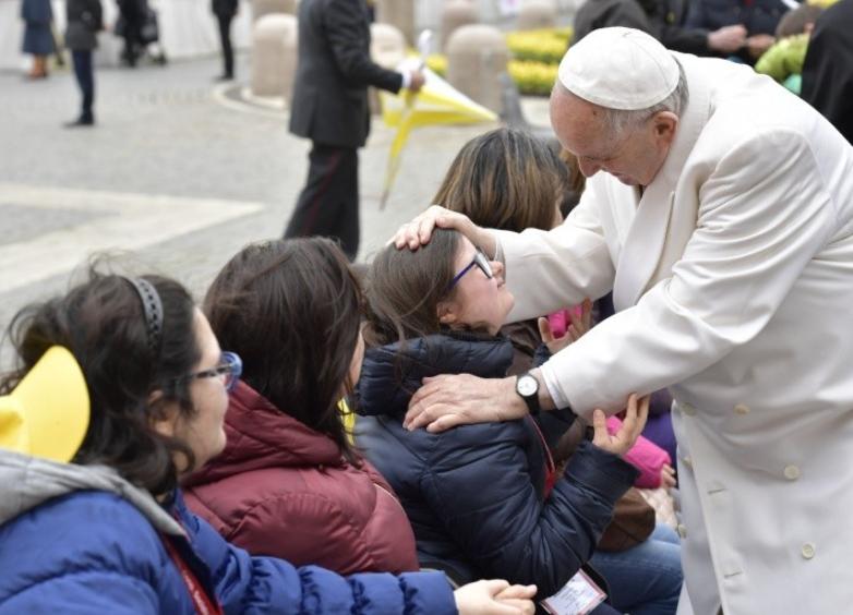 Le pape bénit une personne handicapée © Vatican Media