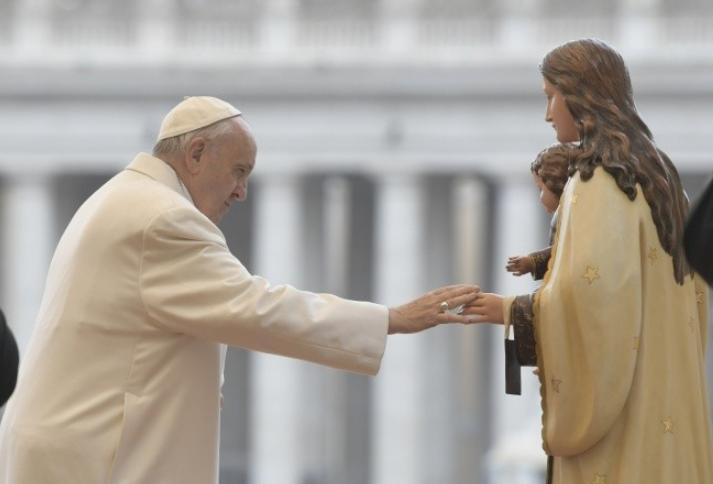 Le pape vénère une statue de la Vierge Marie © Vatican Media