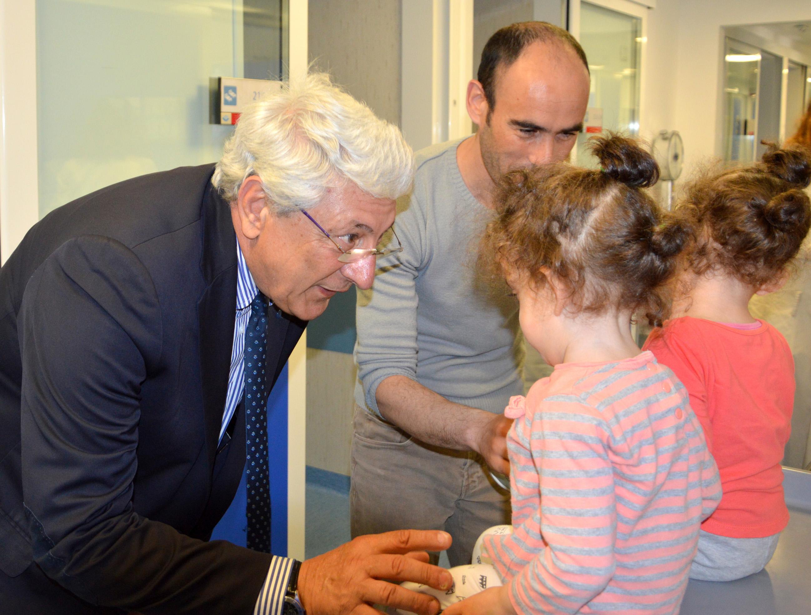 Les petites jumelles et le prof. Alessandro Inserra @ Bambino Gesù
