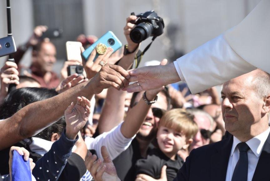 Main du pape dans la foule © Vatican Media