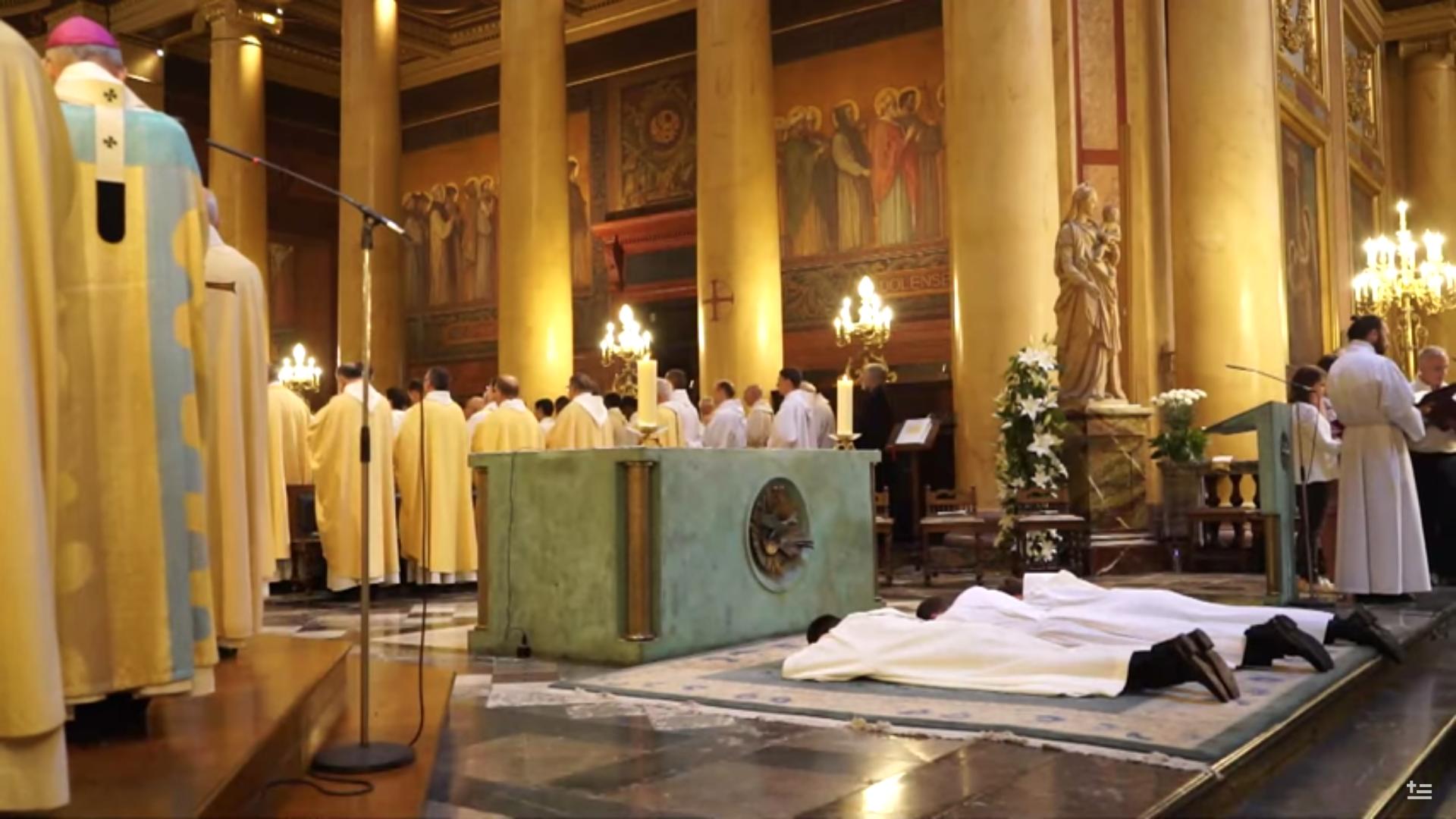 Ordinations sacerdotales, diocèse de Rennes (France), capture @ YouTube