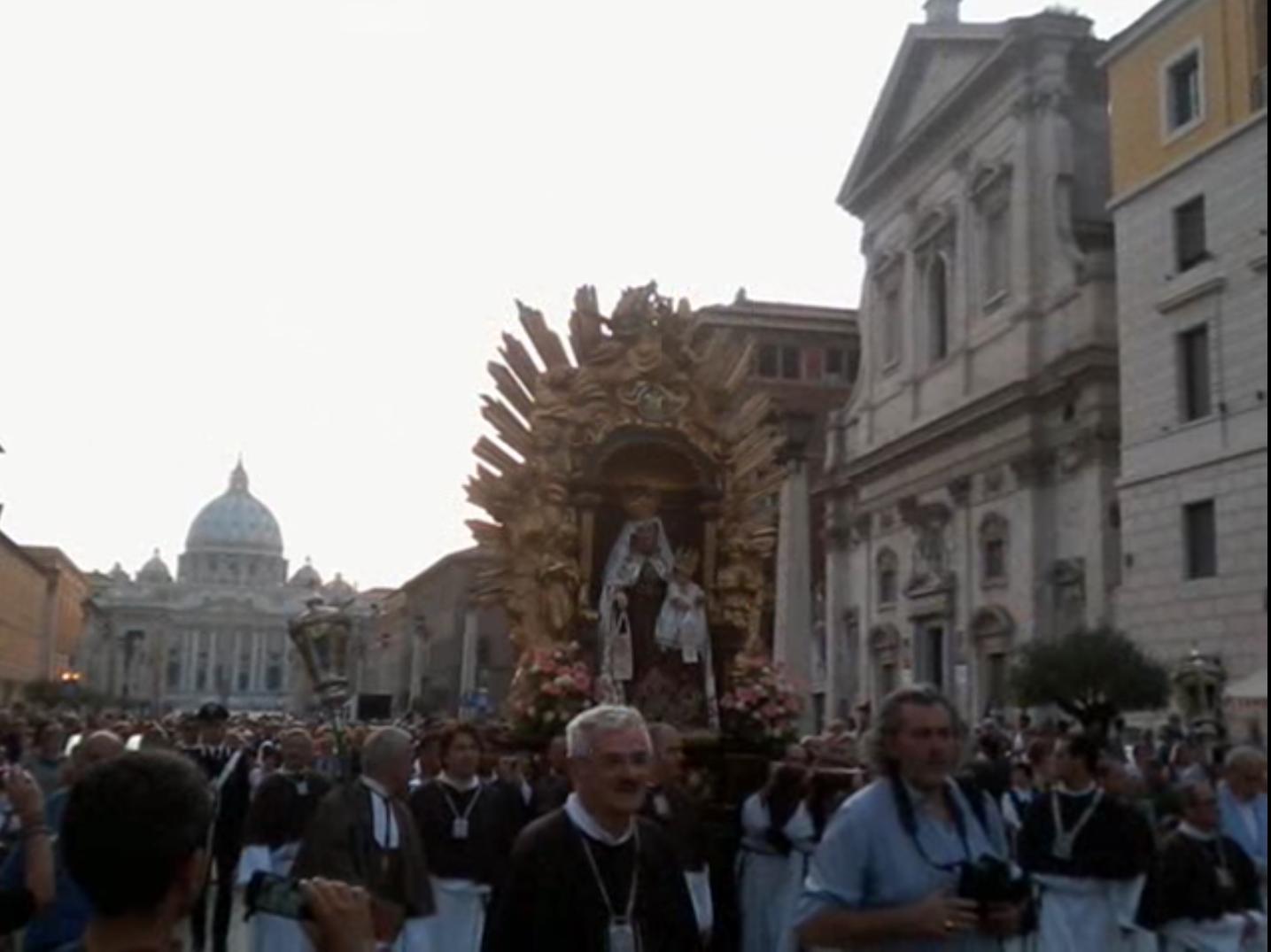 Procession avec la statue de la Vierge du Carmel, Rome, Via della Conciliazione, capture @ YouTubeProcession avec la statue de la Vierge du Carmel, Rome, Via della Conciliazione, capture @ YouTube