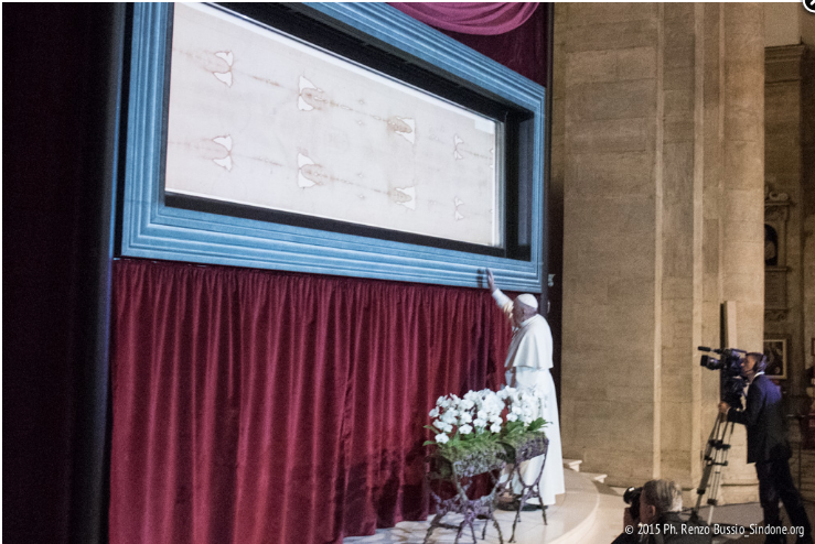 Le pape François vénère le Saint-Suaire @ sindone.org 2015