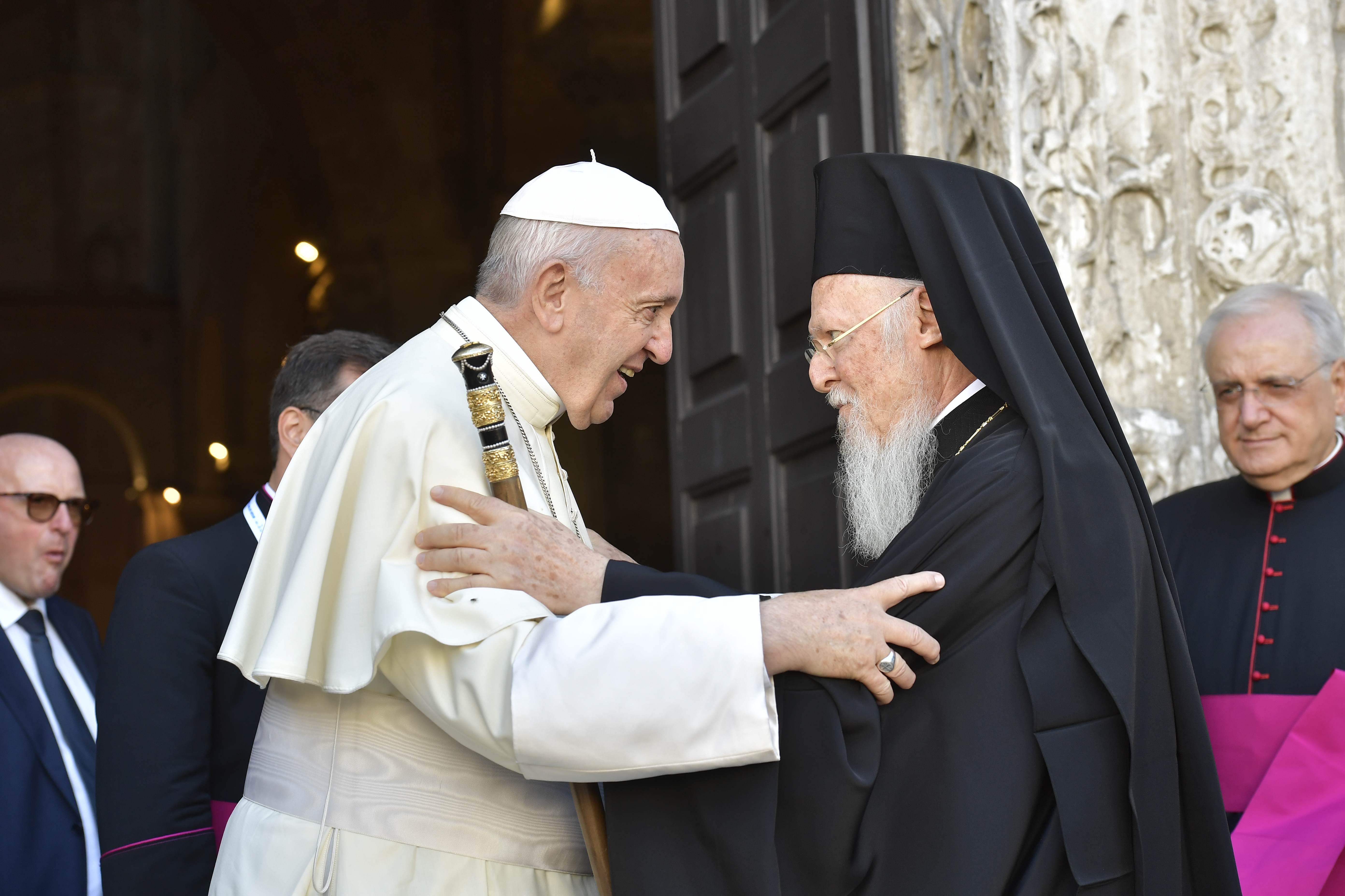 Le pape François accueille le patriarche Bartholomée à la basilique S. Nicolas, à Bari (Italie) 7/7/2018 © Vatican Media