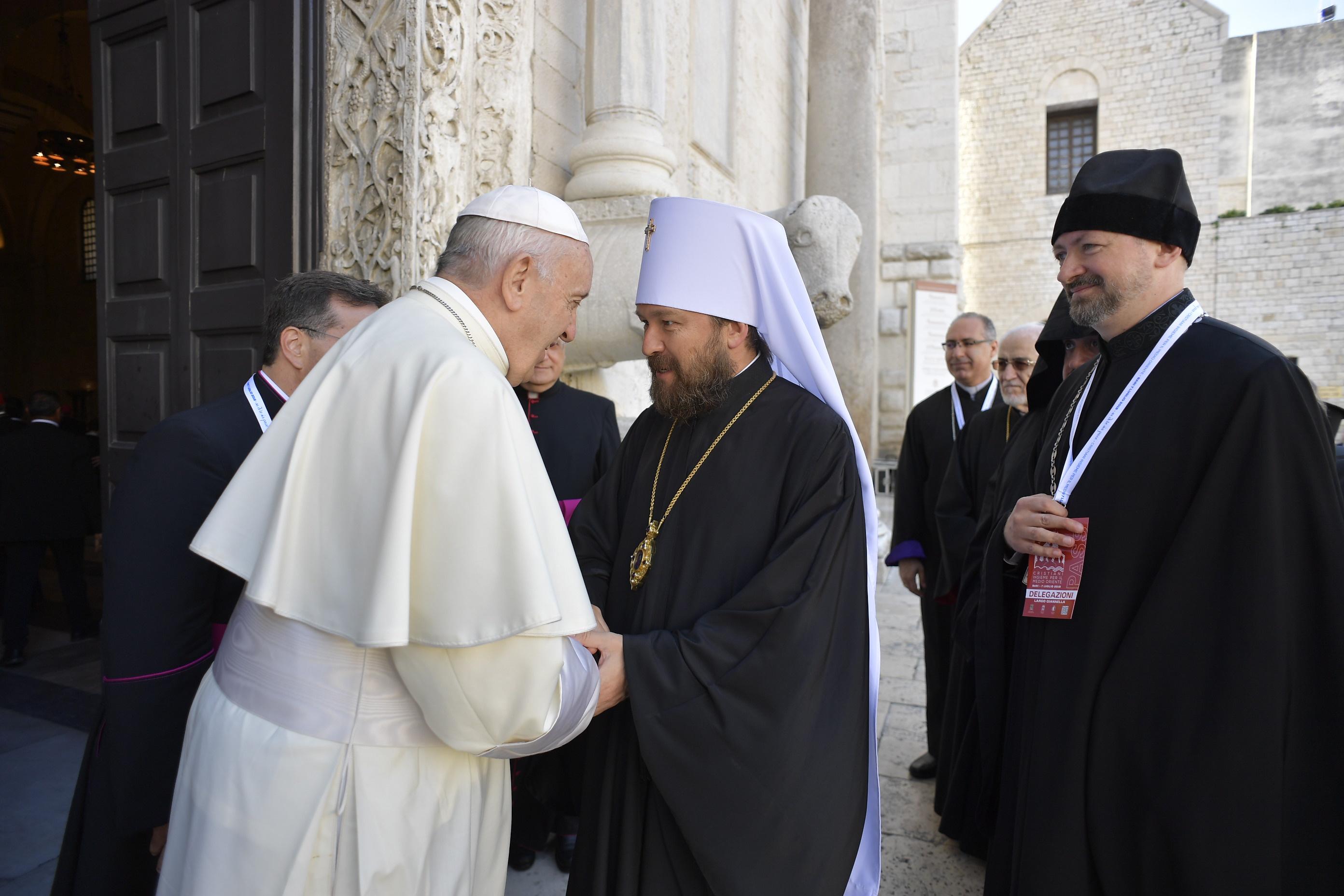 Le pape François accueille le métropolite russe Hilarion à la basilique S. Nicolas, à Bari (Italie) 7/7/2018 © Vatican Media