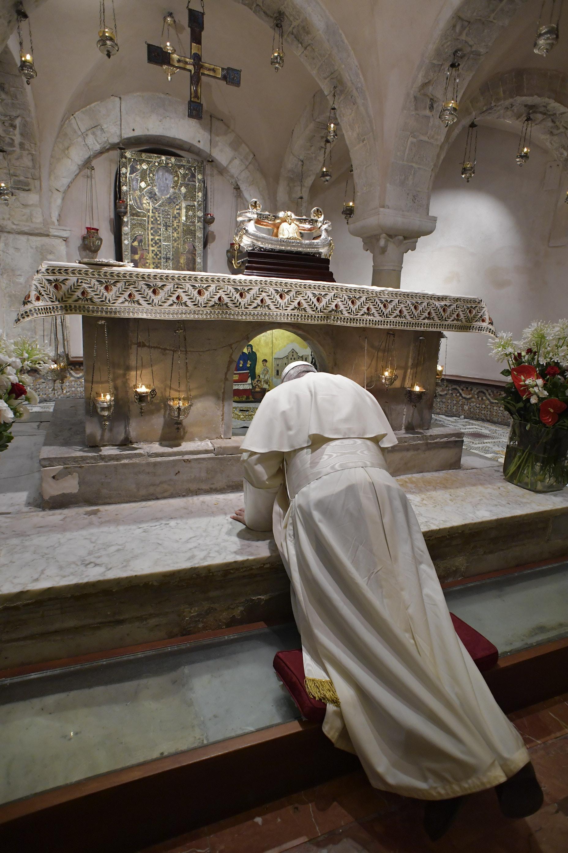 Le pape François se recueille au tombeau de S. Nicolas, à Bari (Italie) 7/7/2018 © Vatican Media