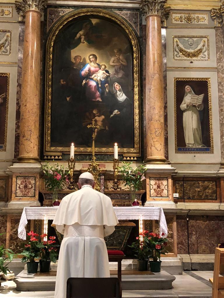 Le pape à Saint-Augustin auprès des reliques de sainte Monique © Vatican Media